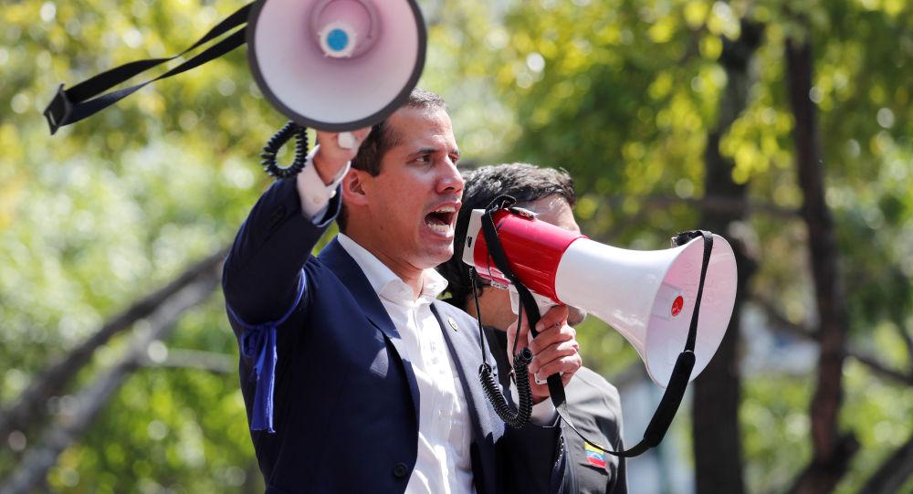 Лидер оппозиции Венесуэлы и самопровозглашенный президент Хуан Гуайдо выступает перед сторонниками у военной авиабазы Ла-Карлота в Каракасе