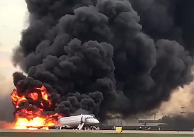 媒体报道称拿手提行李离开SSJ 100飞机的乘客并未妨碍疏离
