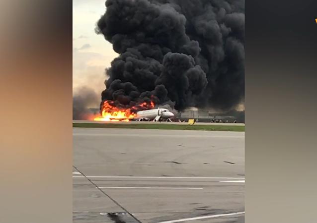 俄航苏霍伊超级-100型客机起火