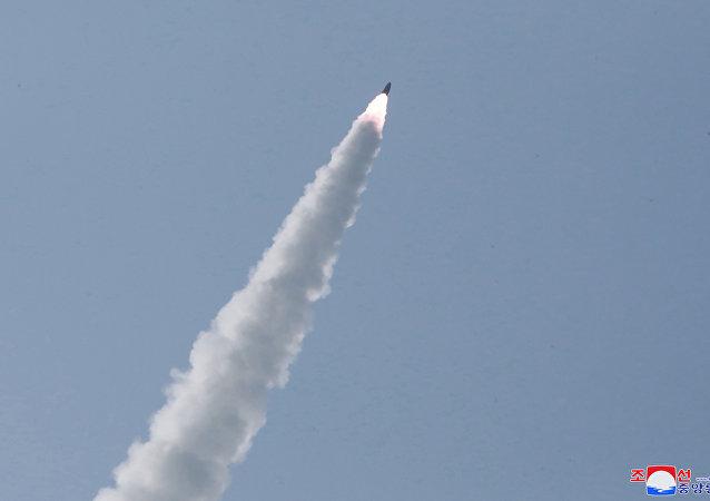 日本防卫省:朝鲜可能发射的是一枚分离式导弹