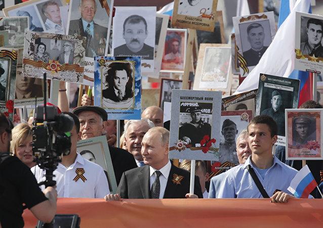 俄羅斯總統普京(中)參加不朽軍團活動