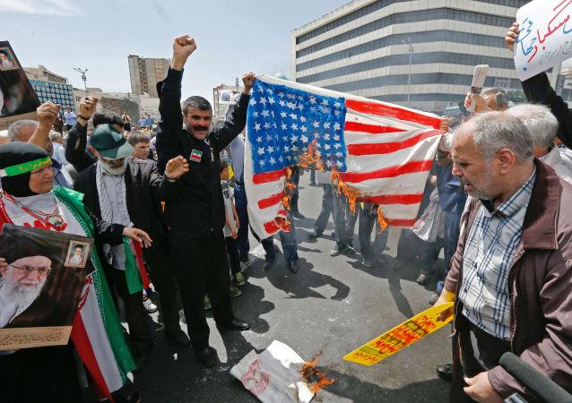 伊朗人走上德黑蘭和其他城市的街頭悼念蘇萊曼尼