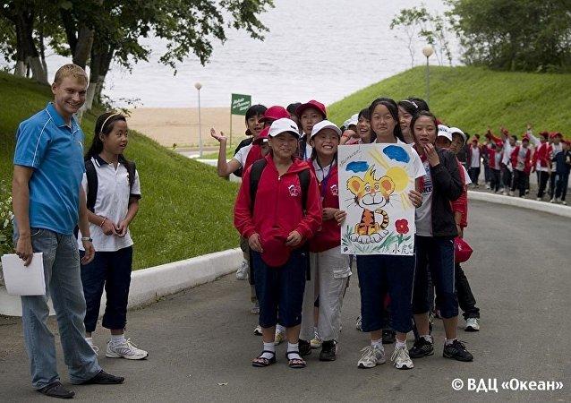 俄中日三国中学生讨论生态环境问题