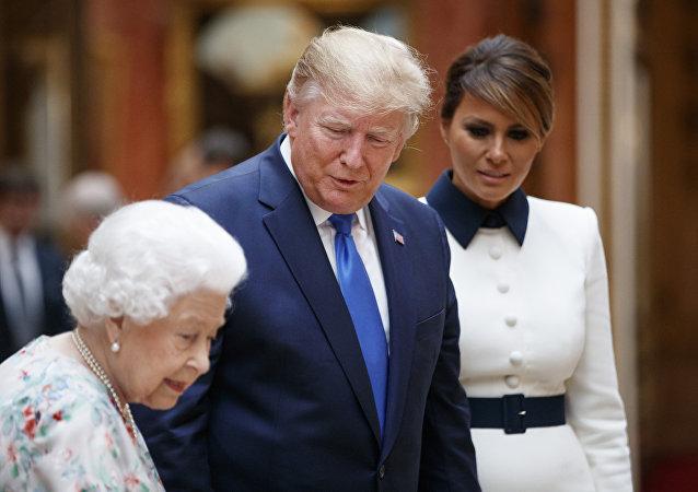 特朗普轻触伊丽莎白女王背部违反皇室礼仪