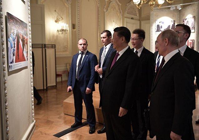 普京與習近平參觀為紀念俄中建交70週年而舉辦的攝影展
