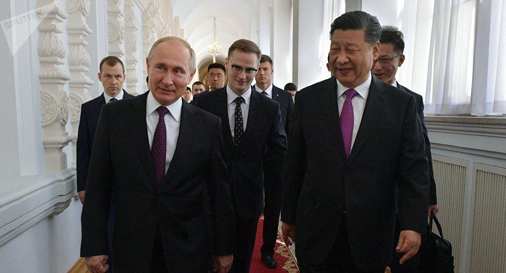 俄罗斯总统普京(左)和中国国家主席习近平(右)