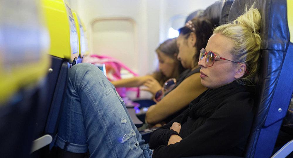 Девушка спит в самолете