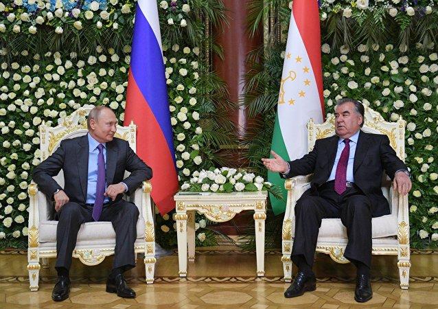 俄羅斯總統普京(左)和塔吉克斯坦總統拉赫蒙