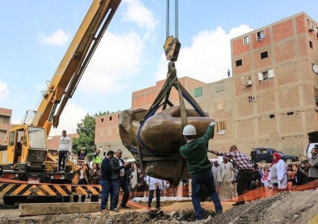 考古学家发现一尊淹没在地下水中、高达八米的埃及法老拉美西斯二世雕像