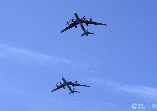 俄两架图-95MS轰炸机在太平洋上空执飞 日本战机伴飞