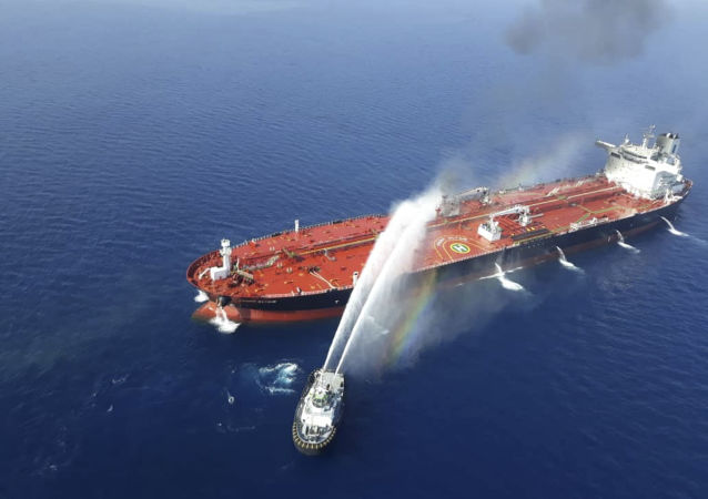 Тушение огня на нефтяном танкере, атакованном у берегов Омана