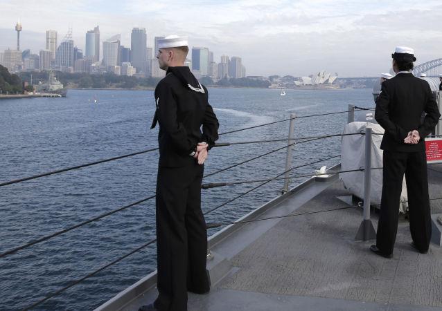 Моряки на палубе американского командного корабля USS Blue Ridge (LCC-19) в водах Сиднея