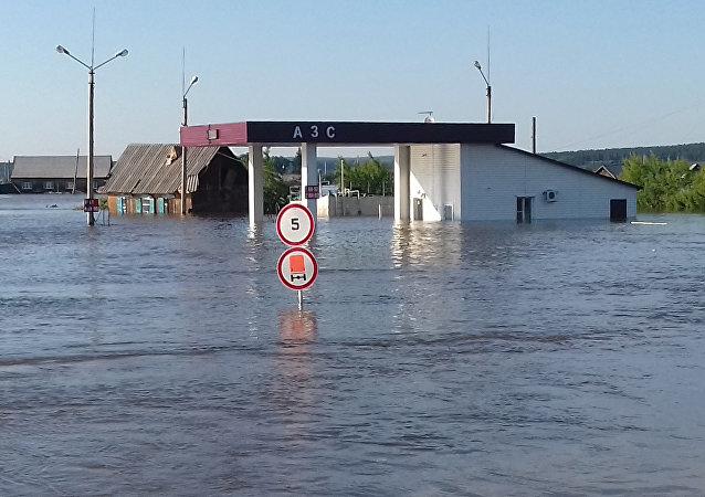 俄军医抵达伊尔库茨克州救治水灾伤者