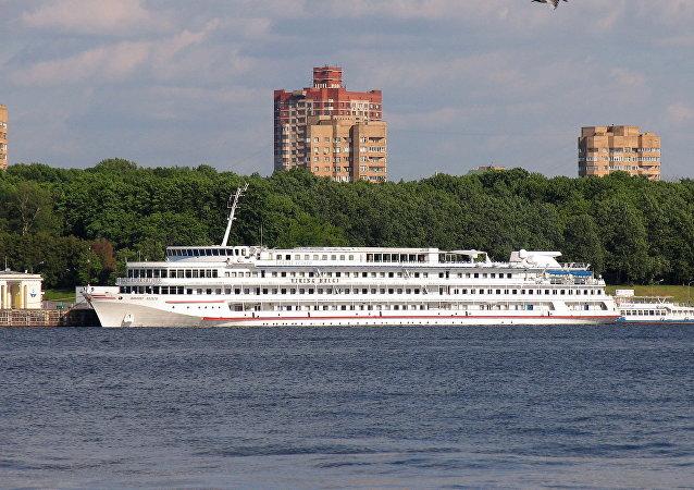 搭载300名外国游客的四层游轮在雷宾斯克水库搁浅
