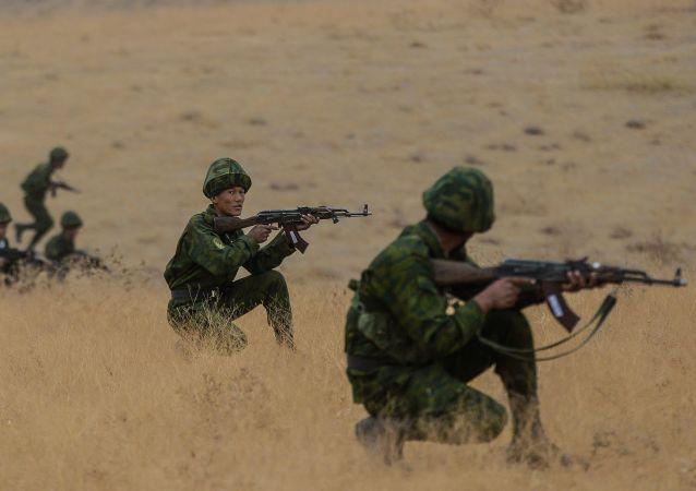 俄罗斯和乌兹别克斯坦军人在与阿富汗边界上的演习中开始战斗合练