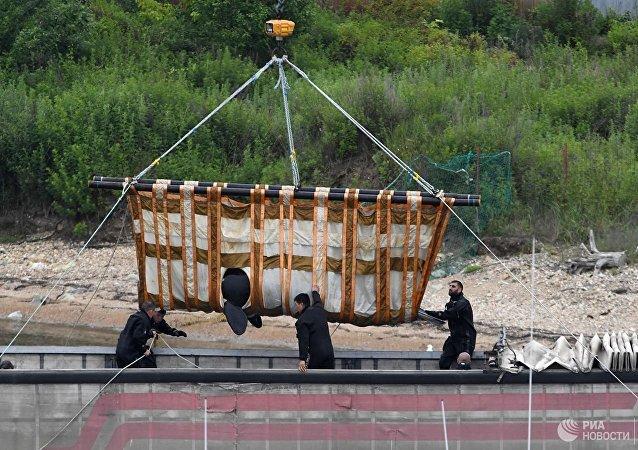 """俄专家将""""鲸鱼监狱""""中等待放归的第二批虎鲸装车"""
