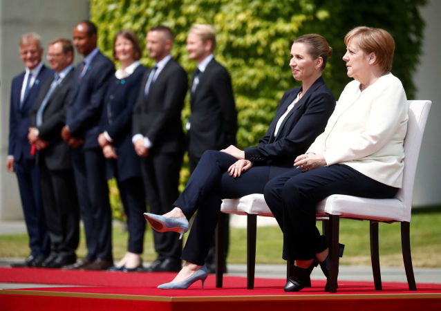 默克尔在欢迎到访的丹麦首相时违反外交礼节