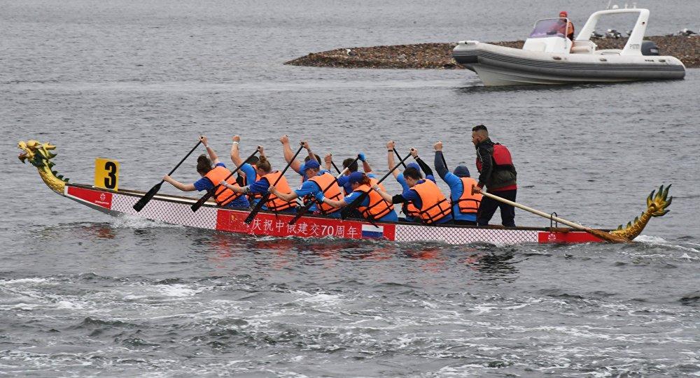 中国运动员参加符拉迪沃斯托克举办的龙舟赛