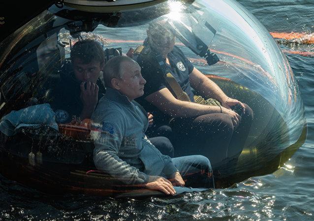 普京乘深潜器下海考察波罗的海海底二战沉船