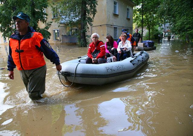 Спасатели МЧС России эвакуируют жителей одного из районов Хабаровска, затопленного паводковыми водами.