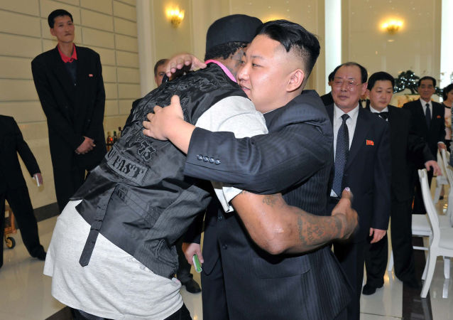 朝鲜最高领导人金正恩在平壤拥抱美国篮球运动员丹尼斯·罗德曼。