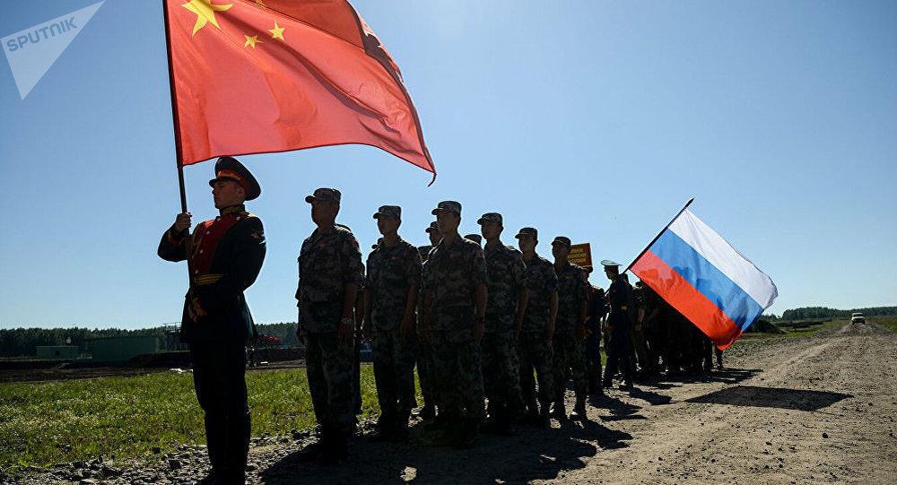 Участники российской и китайской команд на церемонии закрытия международного конкурса Отличники войсковой разведки