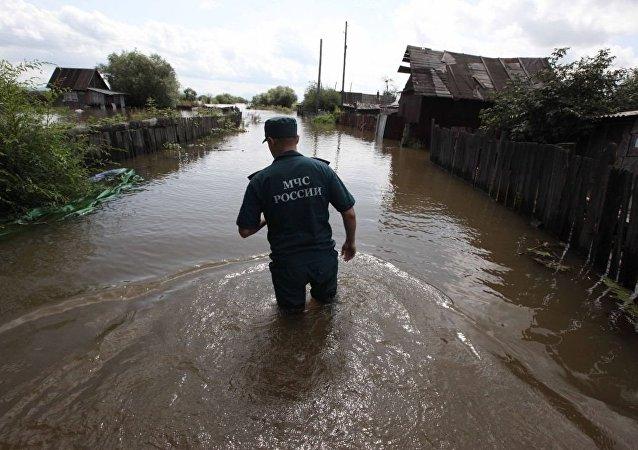 哈巴罗夫斯克附近岛上的别墅区几乎都被淹(资料图片)