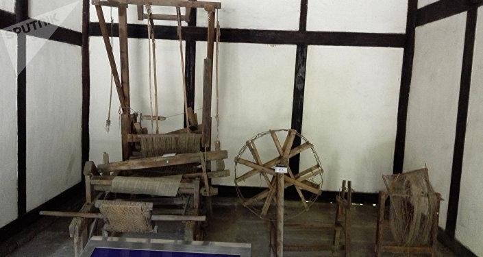 早年是邓家祖辈织布室。邓小平的祖母戴氏和母亲淡氏都是勤劳善良的农家妇女,这间房是她们当年纺纱织布的地方。