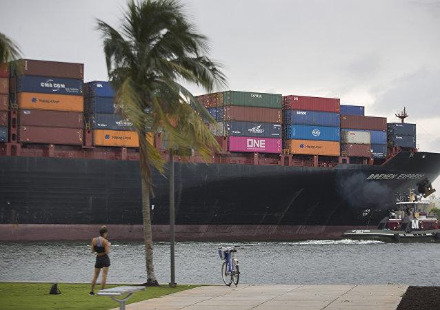 携运新冠病毒感染者的两艘邮轮停靠美佛罗里达州港口
