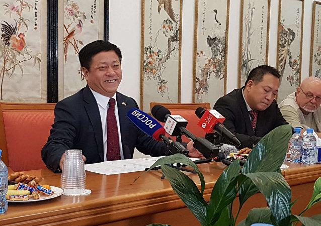 中国驻俄罗斯大使张汉晖(左)