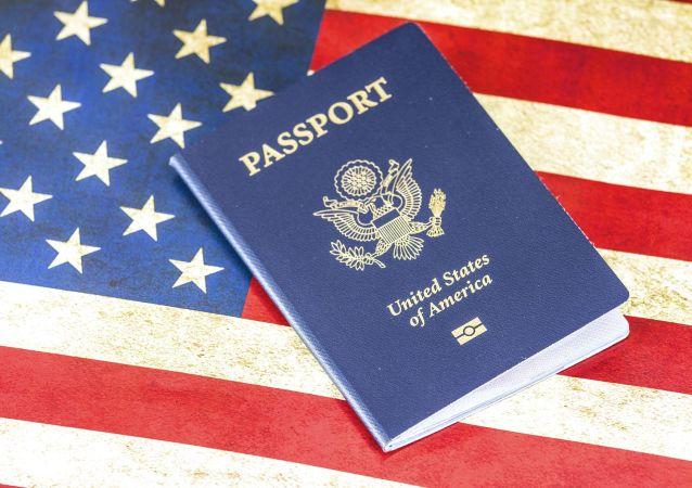 Американский паспорт на фоне флага США
