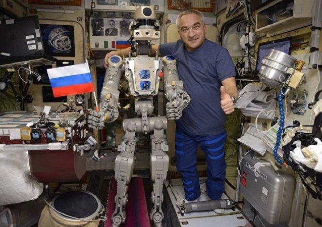 """俄宇航员亚历山大·斯克沃尔佐夫与""""费奥多尔""""机器人(国际空间站)"""