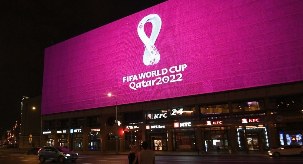 """2022年世界杯官方标志揭晓:酒红底色 悦动的白色""""8""""字"""