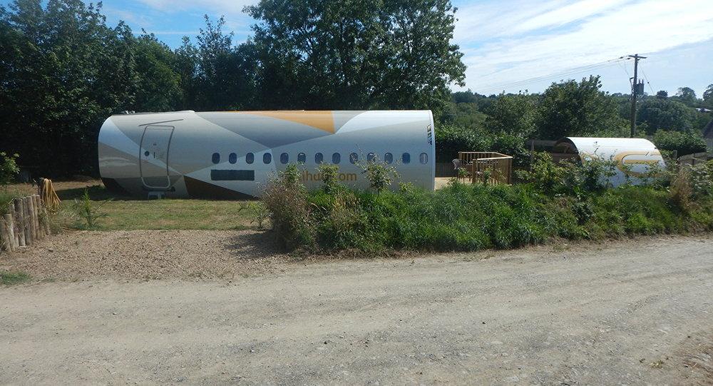 英国一男子将飞机改造成酒店客房