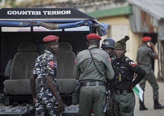 媒体:武装分子在尼日利亚西北部劫持300名女中学生