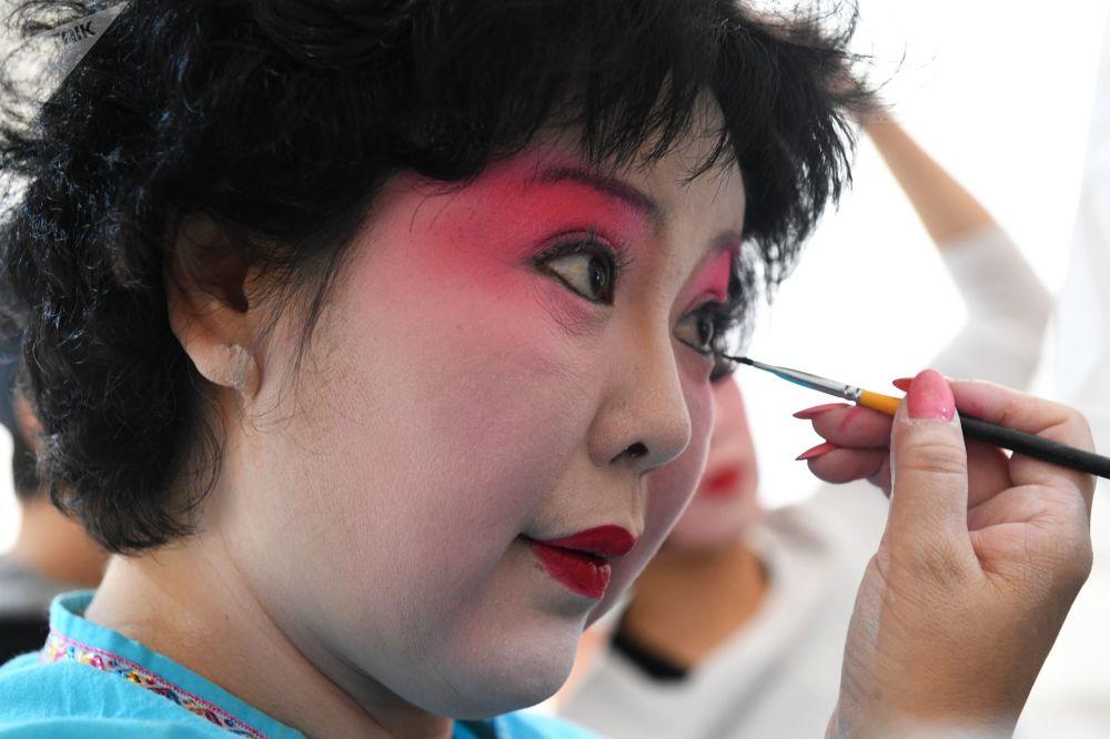 """莫斯科全俄展览中心举办的""""中国:伟大遗产和新时代""""中国文化节的女演员们。"""
