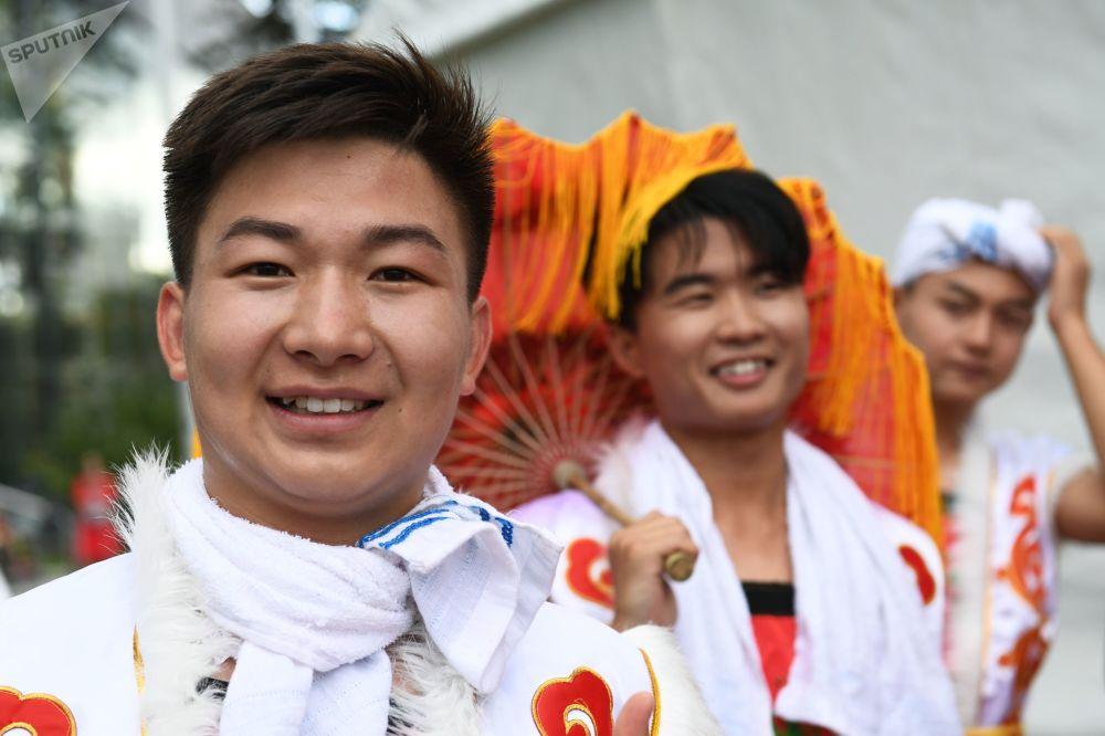 """莫斯科全俄展览中心举办的""""中国:伟大遗产和新时代""""中国文化节演出前的创作团队演员。"""