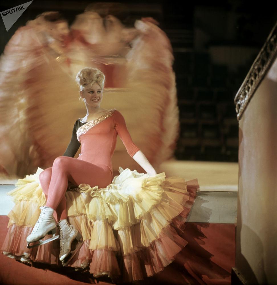 """""""冰上马戏""""集体舞中的独舞演员马林娜∙沙耶夫斯卡娅。莫斯科大马戏团"""