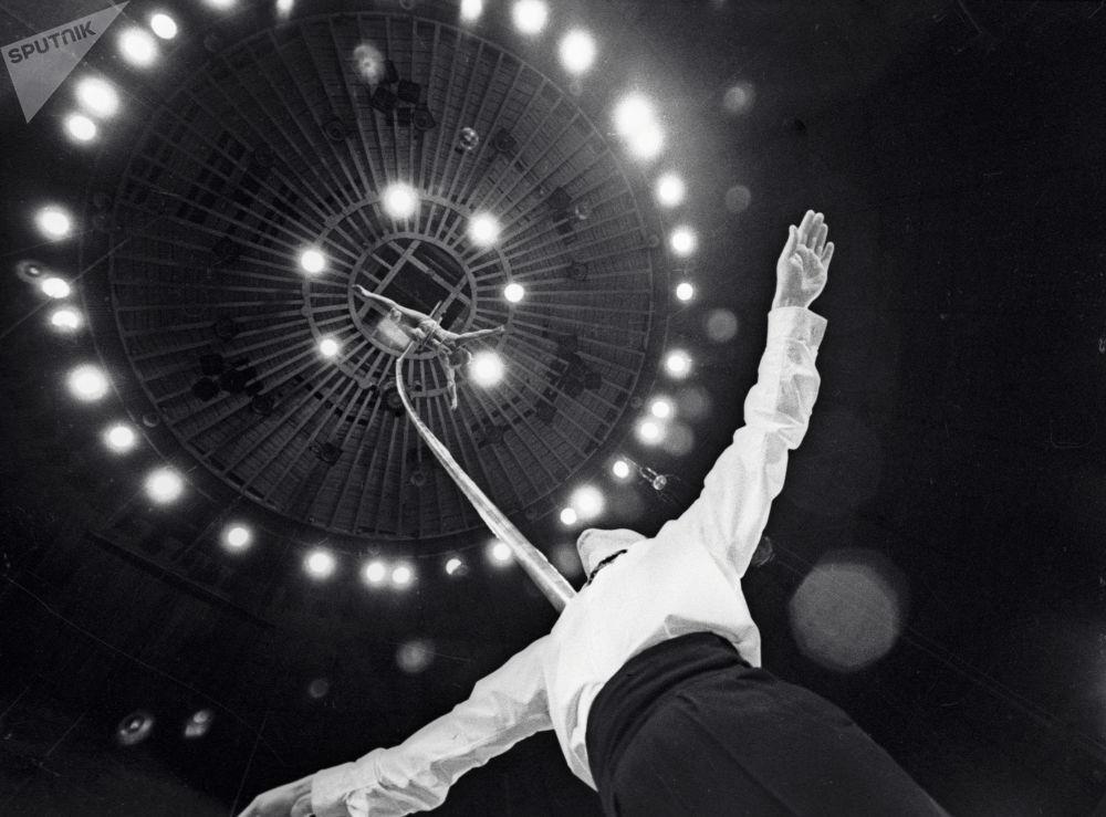 顶杆演员罗扎和尤里∙波罗弗涅夫在莫斯科马戏团表演。1969年