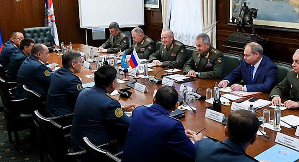 俄罗斯和哈萨克斯坦国防部长讨论军事合作