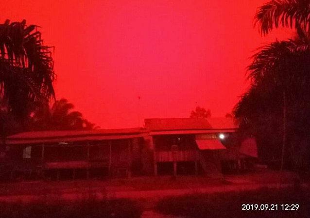 印尼的天空變成了血紅色