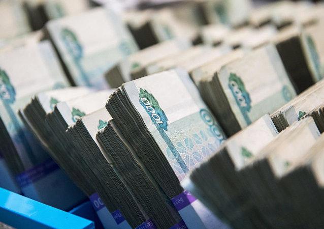 俄比罗比詹市一名居民着急出差 把装有1500万卢布的行李箱忘在路边