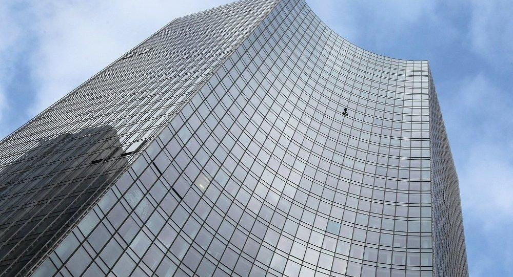 媒體:法國「蜘蛛人」攀登法蘭克福史蓋普大樓後被警察拘留