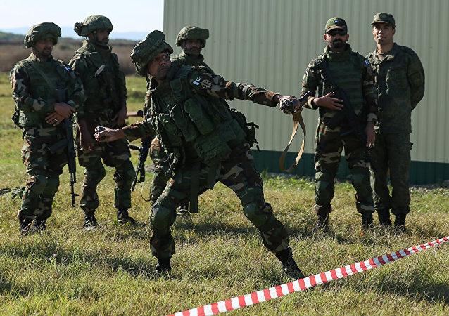 俄国防部:身穿特殊服装的俄巴军人在联合演习中突击建筑物