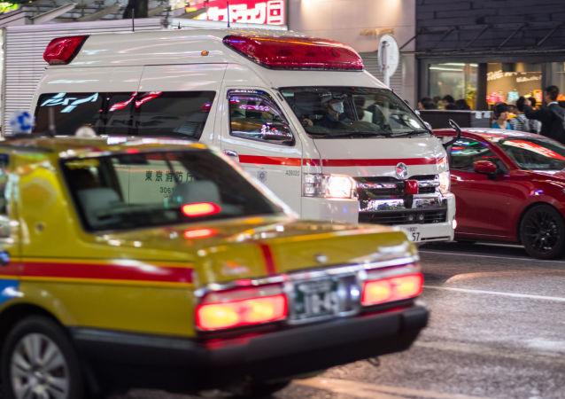 东京一辆老年人驾驶的汽车撞到商店的一楼并造成一名顾客受伤