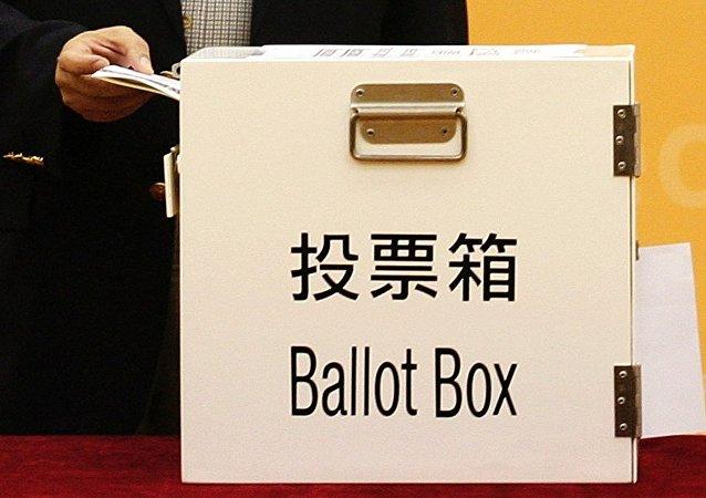 港人排隊前往區議會選舉投票站