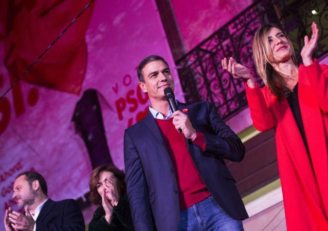 西班牙首相桑切斯(右二)和他的妻子贝戈尼娅(右一)