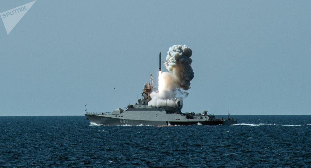 """普京:俄海军装备""""口径""""导弹的舰艇数量将增加1倍"""