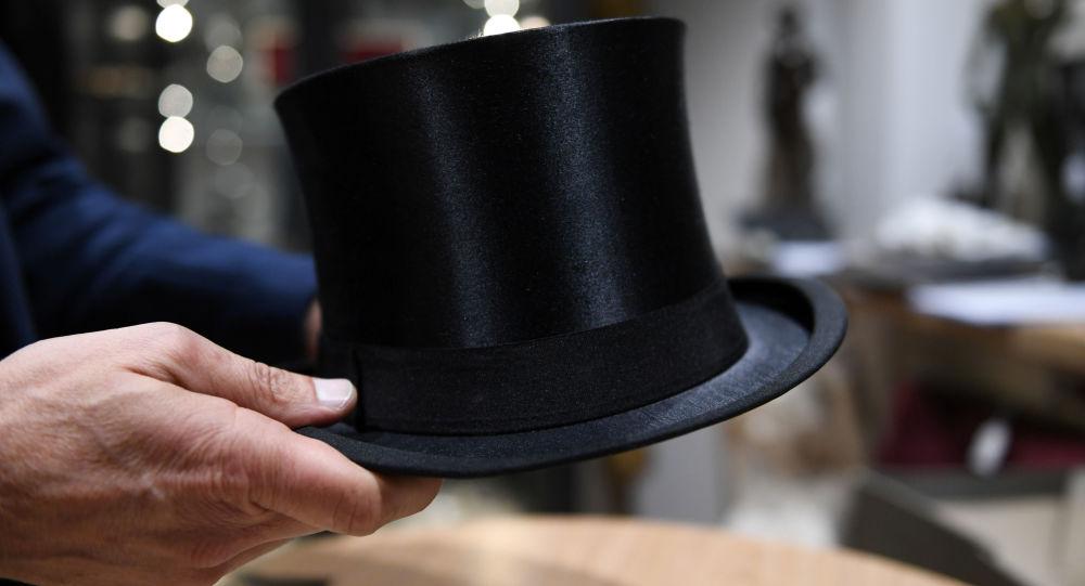 希特勒的高顶礼帽和恋人爱娃的裙子在德国被拍卖