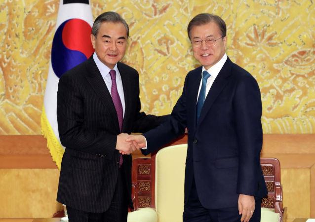 韩国总统文在寅与中国外长王毅